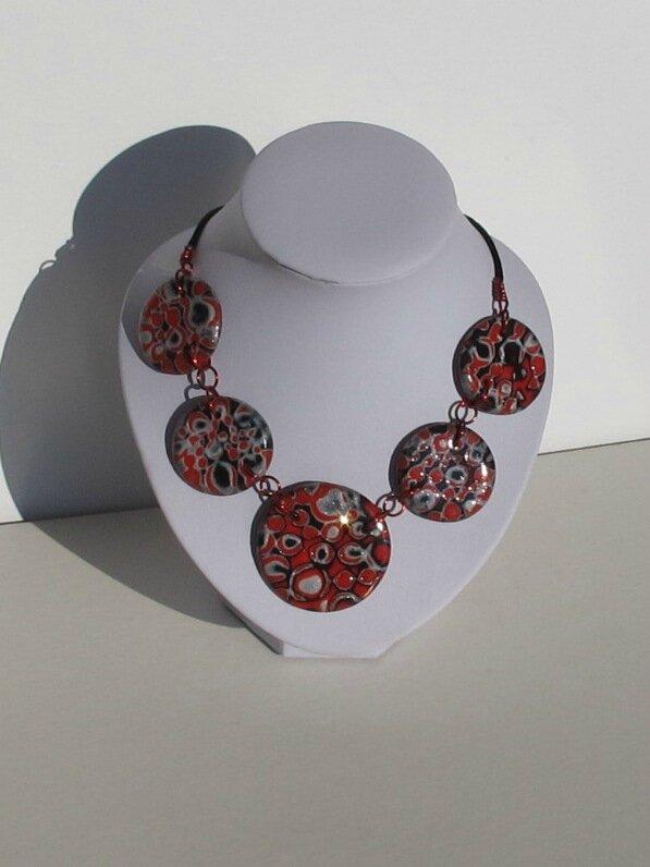 collier rond fimo rouge, gris, noir buste blanc