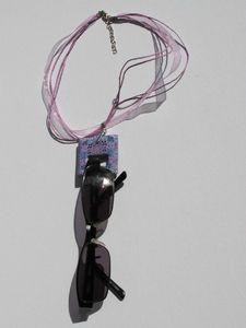 porte lunettes carré violet avec lunettes