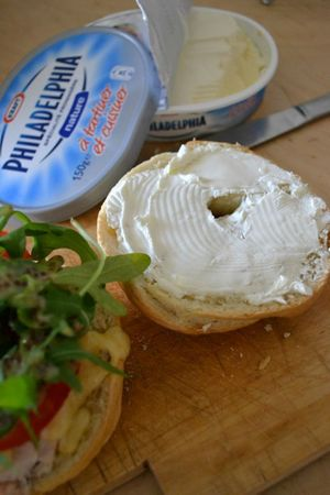 Bagels poulet + cheddar + tomate + roquette + sauce moutarde-miel + cream cheese (9)