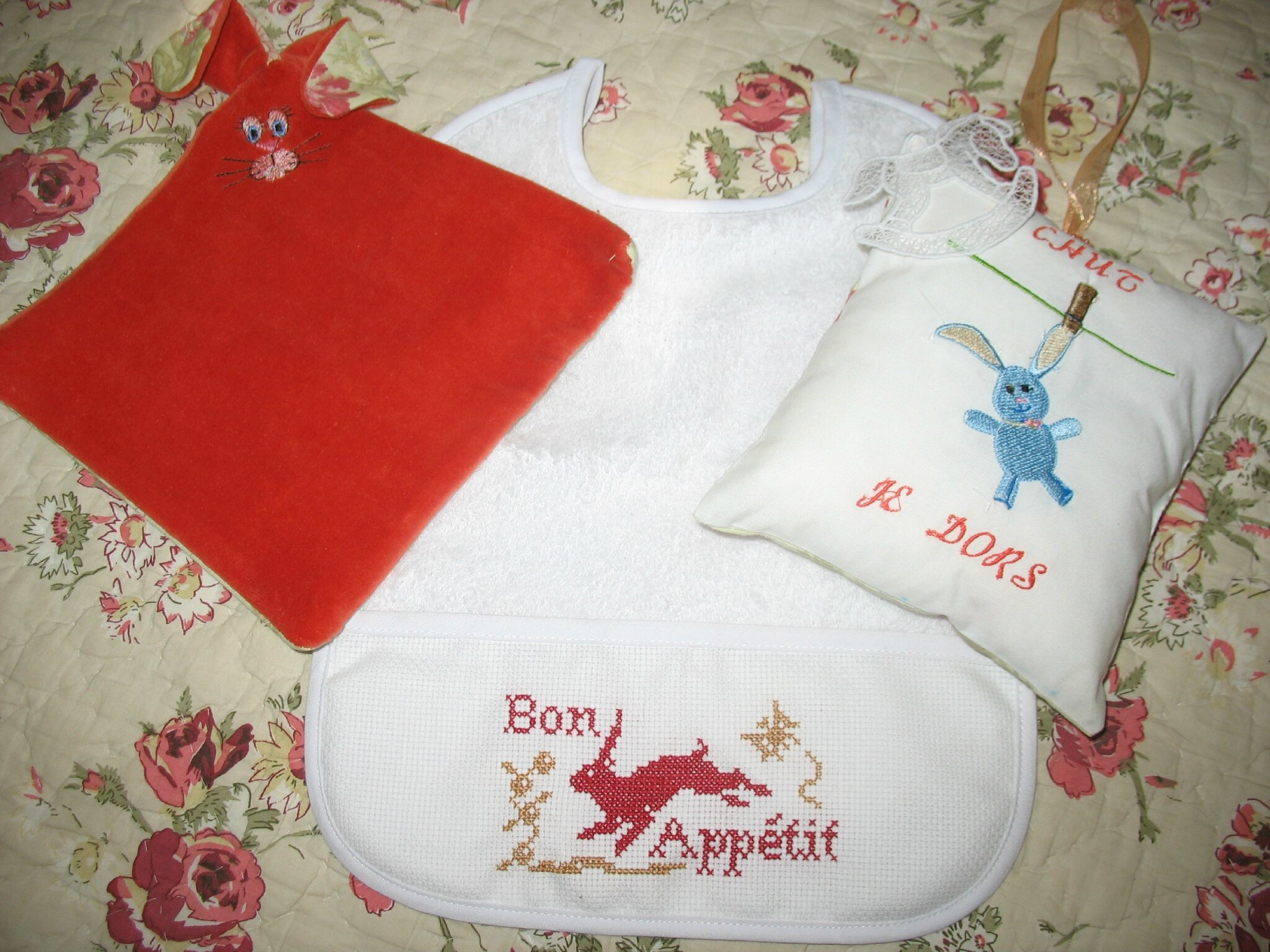 Cadeaux pour bébé point de croix ou broderie machine ?