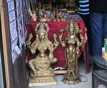 STAND_SOUVENIRS_INDIEN_STATUES