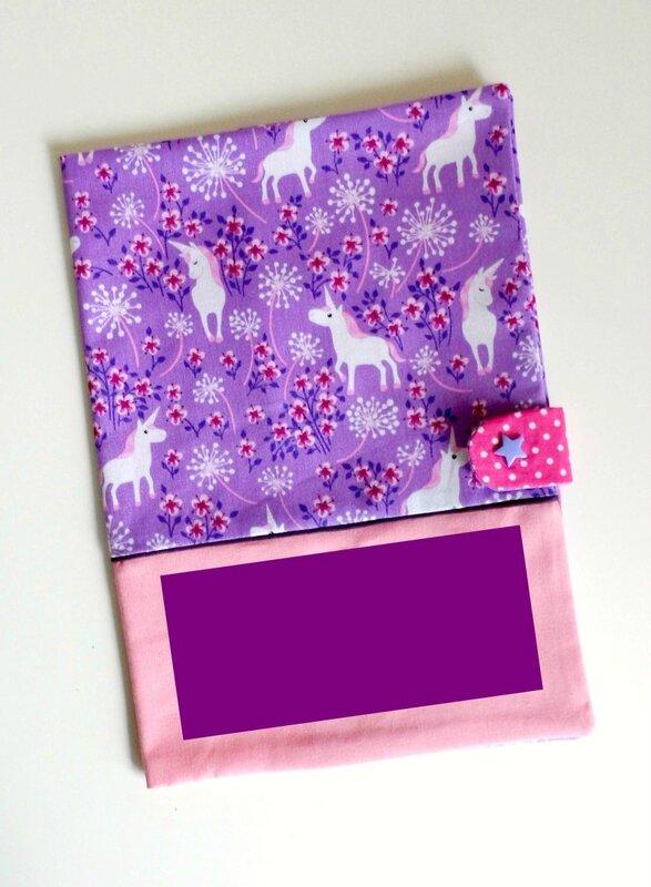 Protège carnet de santé personnalisé rose et violet licornes prénom brodé