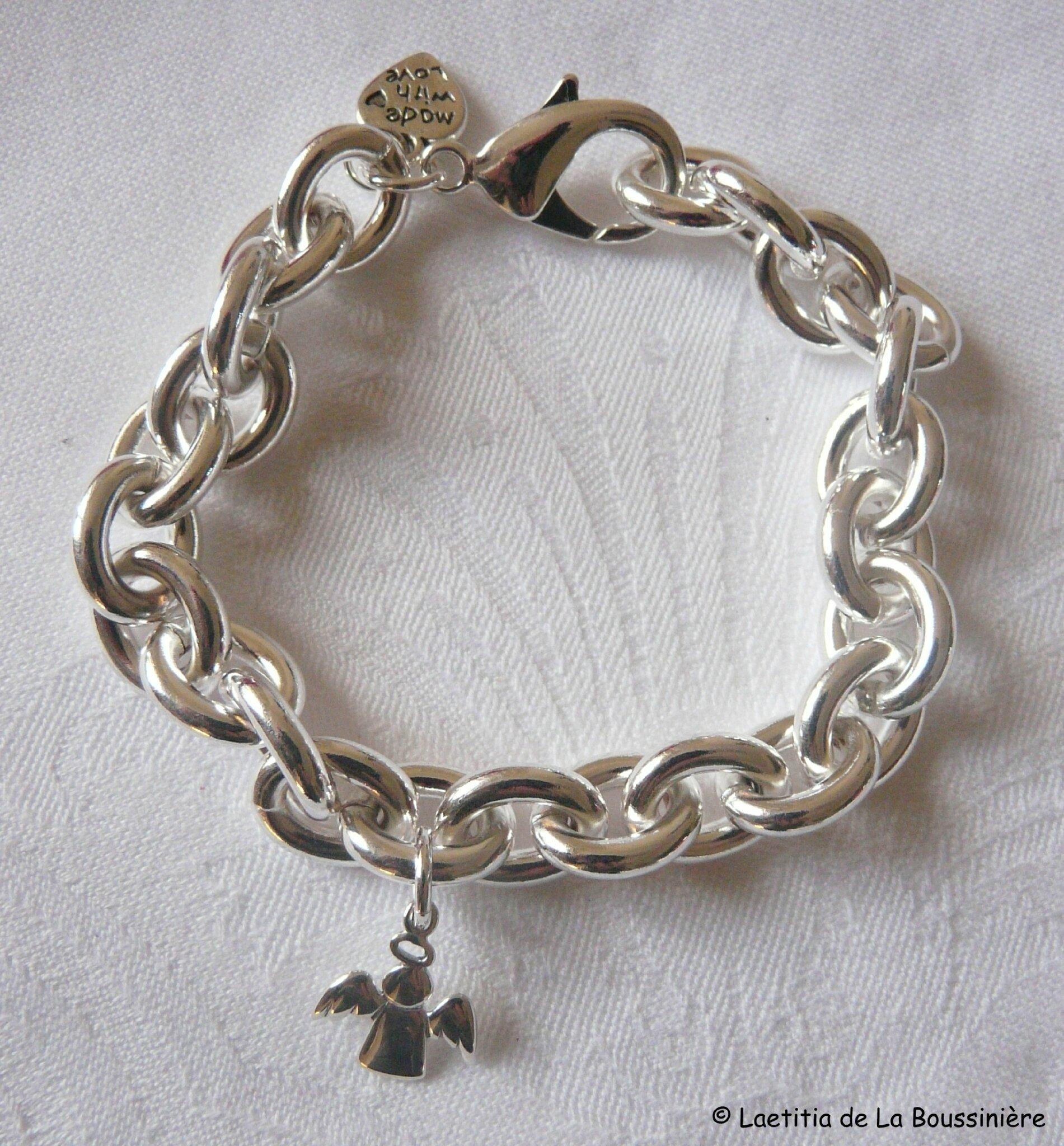 Bracelet sur chaîne plaqué argent ovale composé de 3 médailles en nacre  gravées, d\u0027