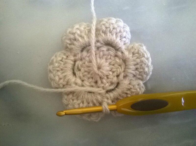 Grosse fleur - déco écharpe à la tresse (11)