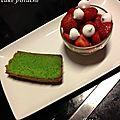 Compote de rhubarbe rôtie à la vanille, salsa de fraises au sirop d'érable et cake pistache