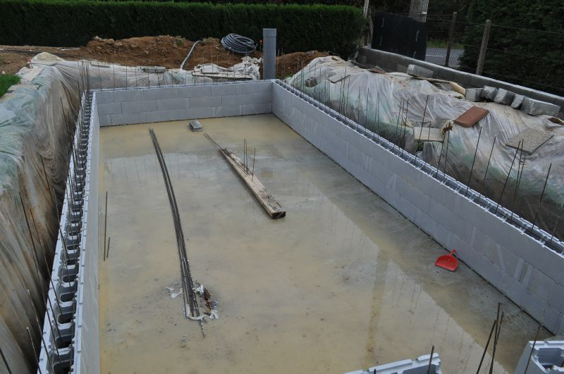 Equerrage tra age et pose de blocs piscine en blocs for Construction piscine bloc a bancher