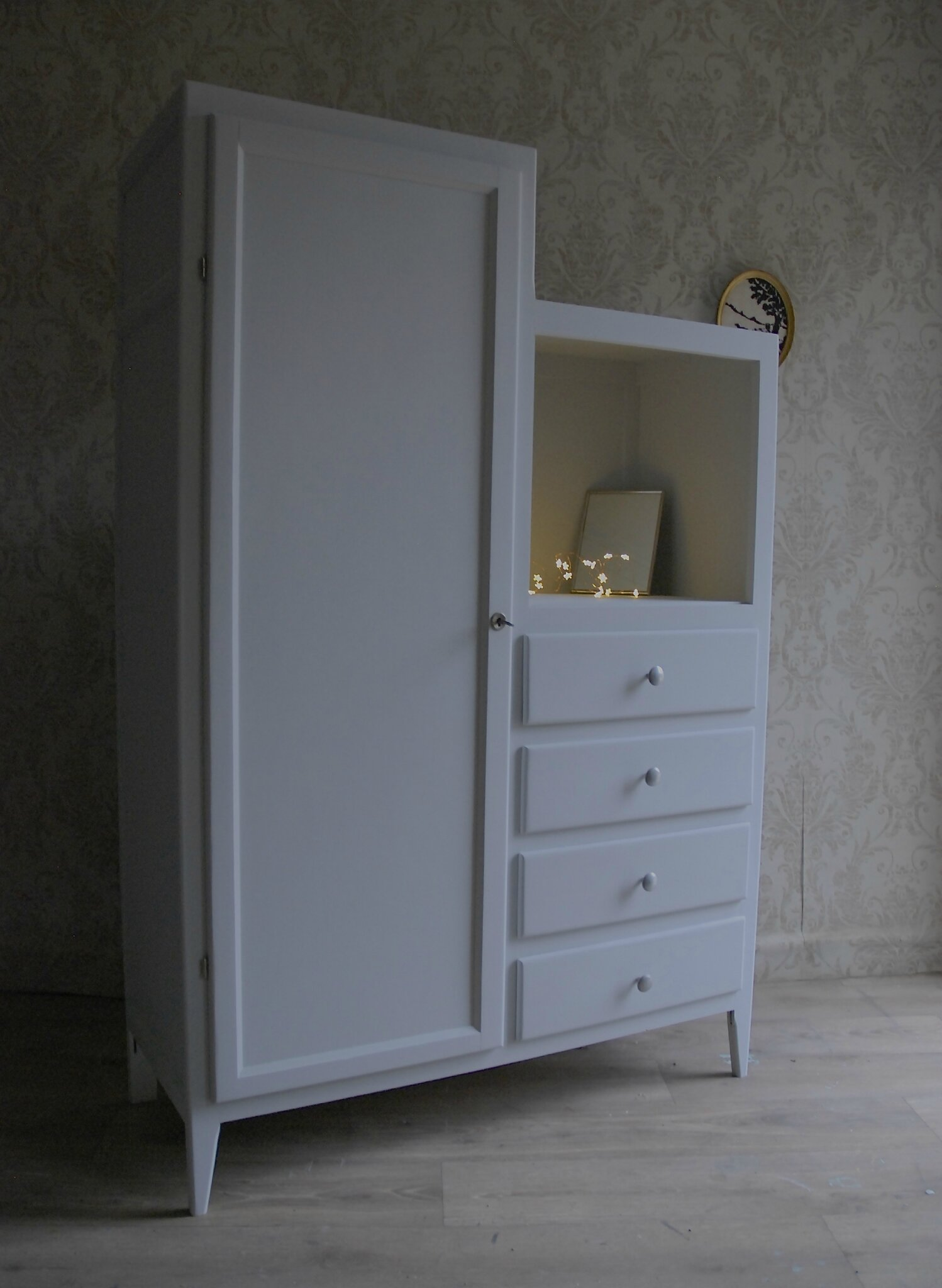 armoire asym trique gris clair vendu atelier vintage. Black Bedroom Furniture Sets. Home Design Ideas