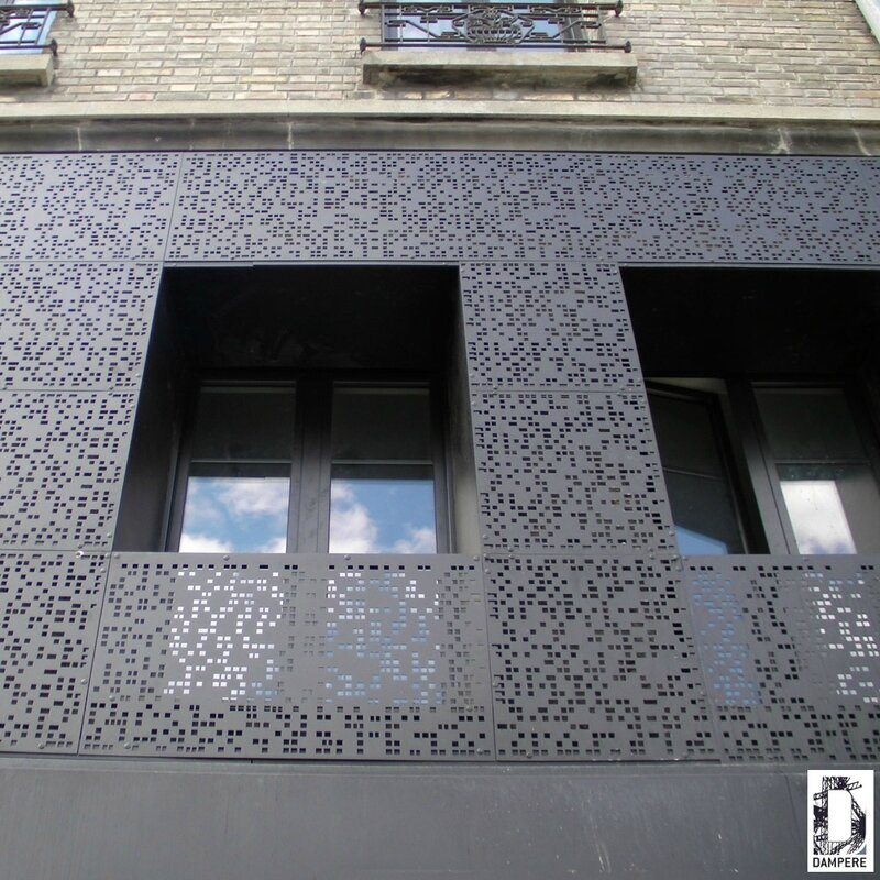 540b074ab3108_tole-perforee-chantier-facade-noire