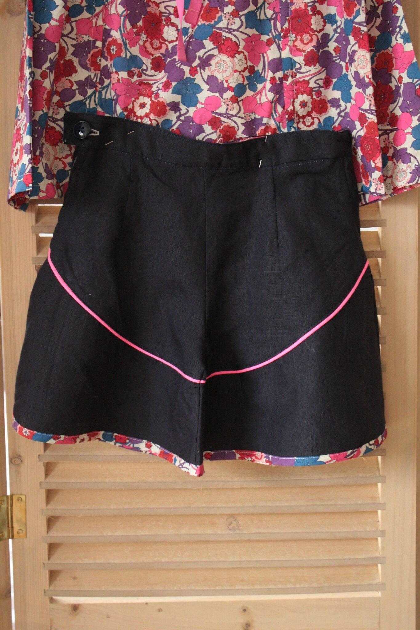 Ensemble 8 ans, short en lin, ceinture et bas en Liberty taille réglable, passepoilé rose fluo, 25€ et blouse Liberty, nouée devant, manches longues, 30€