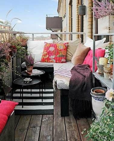 coin-cosy-avec-banquette-d-angle-et-parquet-sur-balcon