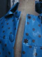 Ciré AGLAE en coton enduit bleu canard à pois brun fermé par 2 pressions dissiùmulés sous 2 boutons recouverts (3)