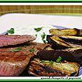 Steak de boeuf, frites d'aubergines et sauce au yaourt