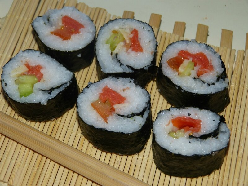 makis saumon fum avocat avec recette de riz sushis fait maison au menu delice. Black Bedroom Furniture Sets. Home Design Ideas