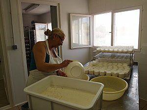 Corinne Albignac moule les fromages de chevre