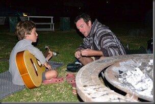 Autour du feu, Brett partage sa passion pour la guitare