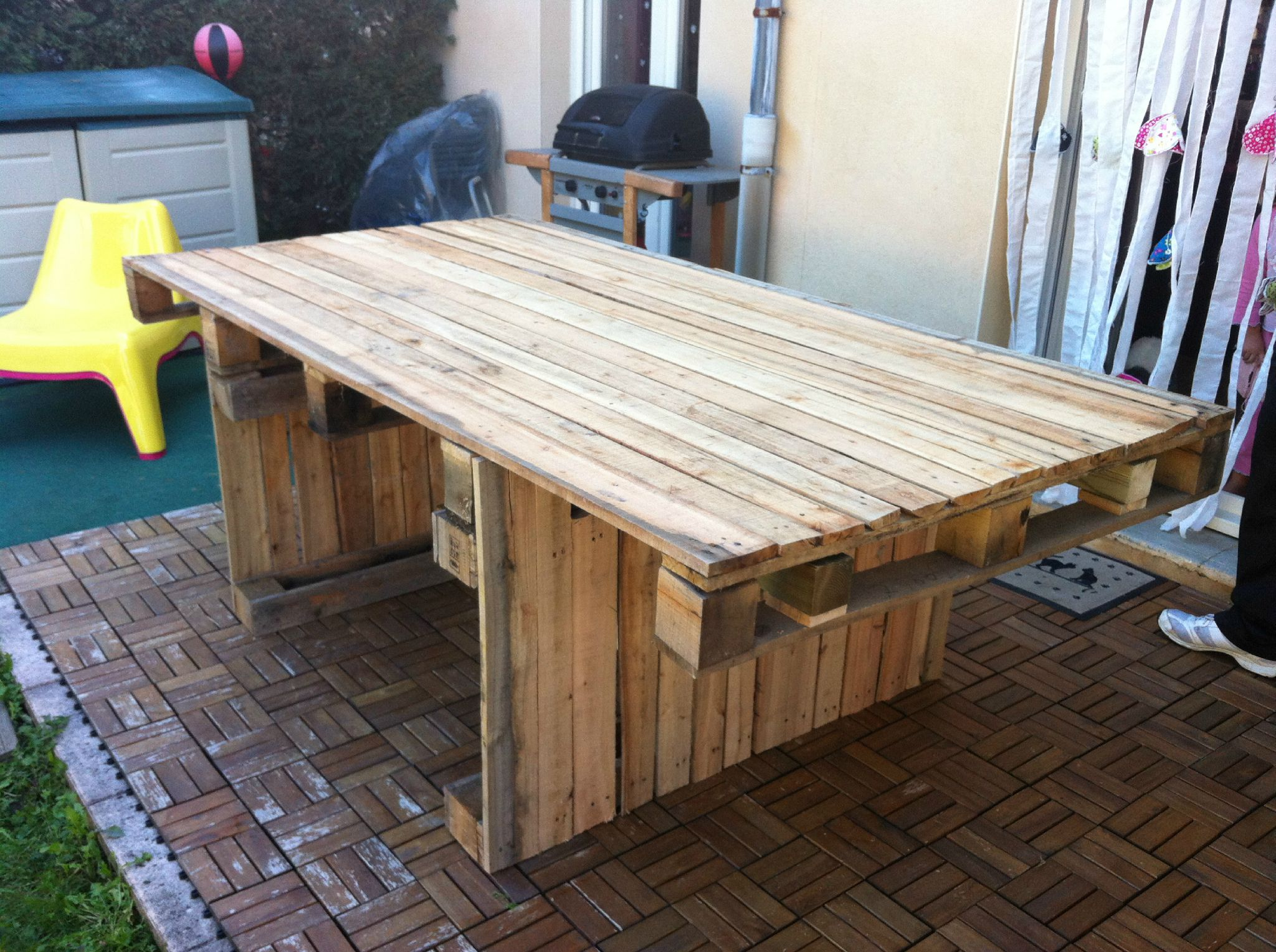 Table de salon de jardin en palette for Comment nettoyer une table de jardin en bois