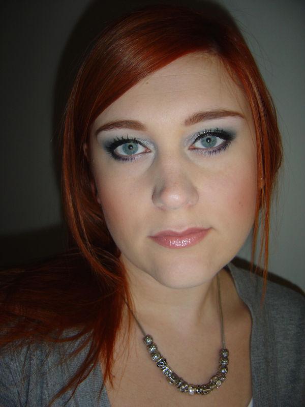 maquillage yeux bleus cheveux acajou. Black Bedroom Furniture Sets. Home Design Ideas
