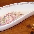Les roses pompadour sur un plat de forme goutte