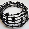 Bracelet noir sur fil mémoire