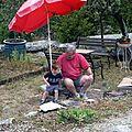 Juillet 2011:J'aide Papé au barbecue