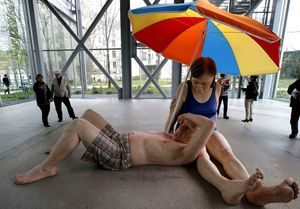 Ron Mueck Couple under umbrella Photo PMG SP