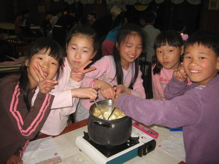 Sang_u_orphans_making_their_chocs