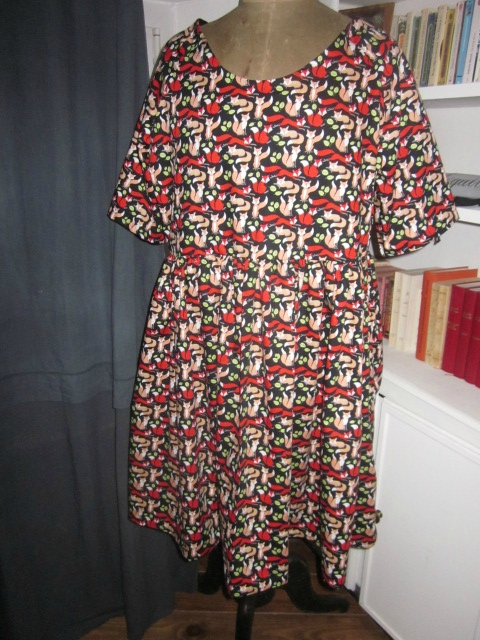 Robe RAYMONDE en coton imprimé renards roux et rouge sur fond noir - manches raglan - longueur genoux - taille unique (4)