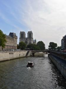 vue_sur_seine_et_notre_dame_de_paris_en_fond_x700