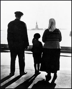 Immigrant_Family_On_Ellis_Island