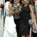 La mariée félicitée par mon oncle Pierre et ma tante Geneviève