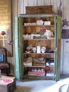 armoire faite de volets en tôle