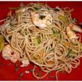 Nouilles sautées chinoise aux crevettes et aux légumes