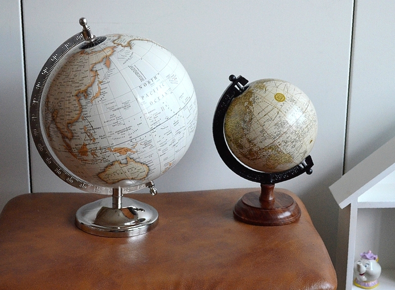 petit globe terrestre mappemonde blanc cru r tro scandinave h 19 cm ebay. Black Bedroom Furniture Sets. Home Design Ideas