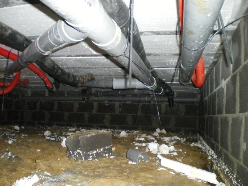 5 tuyaux sous le vide sanitaire photo de n les tuiles for Maison vide sanitaire