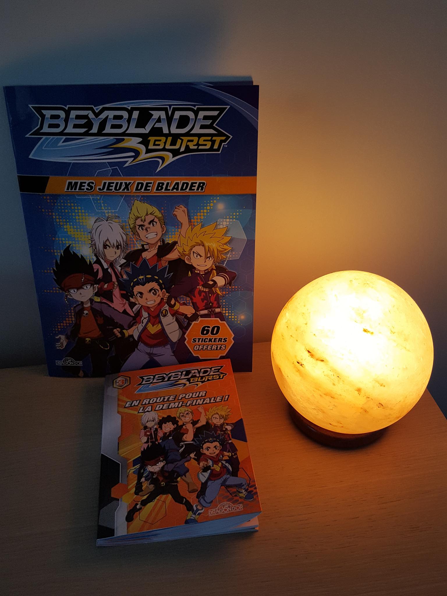 Le magazine Beyblade Burst : mes jeux de blader et le livre de poche Beyblade Burst : en route pour la finale