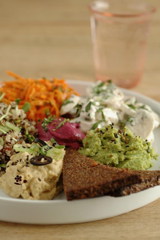 Assiette de crudités, taboulé de quinoa-graines germées de tournesol, pesto & houmous
