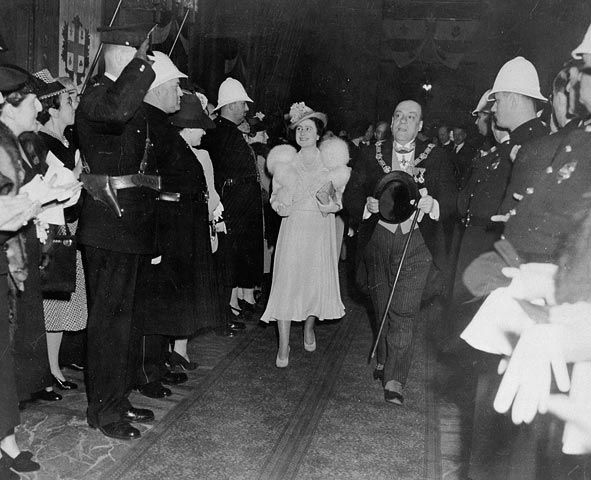 K H_M__Queen_Elizabeth_with Camilien_Houde_leaving_Windsor_Station