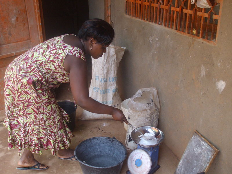 beneficiaire en production a la main du savon en poudre a baffousam au cameroun