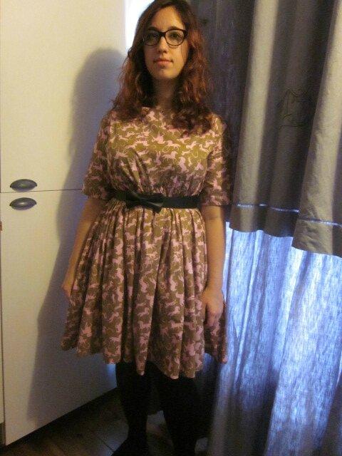 Atelier couture pour Salomé : une robe oversize RAYMONDE en coton kaki imprimé de chevaux rose...