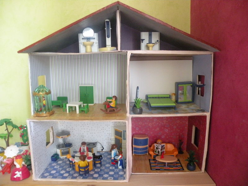la maison est en carton pirouette cacaouette dans. Black Bedroom Furniture Sets. Home Design Ideas