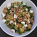 Salade de grenailles à la pomme, chèvre, noix avec une salade mixte au miel