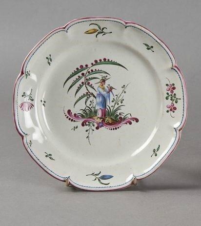 Aprey. Assiette à bord contourné à décor polychrome au centre d'un chinois, XVIIIe siècle