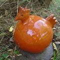 Petite poule ronde en faïence orange