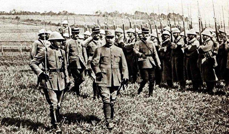 Pétain parmi ses hommes