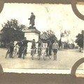 Place Broca, devant la statue de Paul Broca.