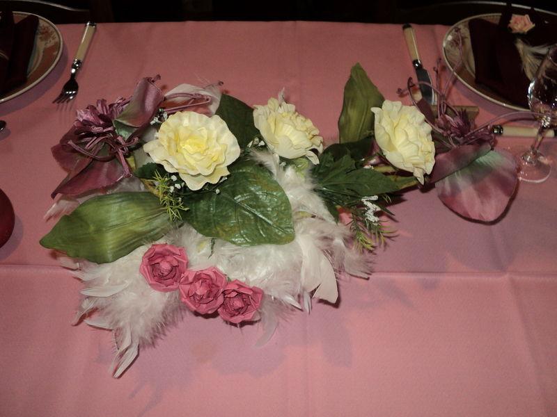 Table avec du rose defi de pat d cos de tables et - Coupe en verre sur pied centre de table ...