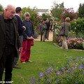 André EVE prodigant ses conseils dans la roseraie de Morailles