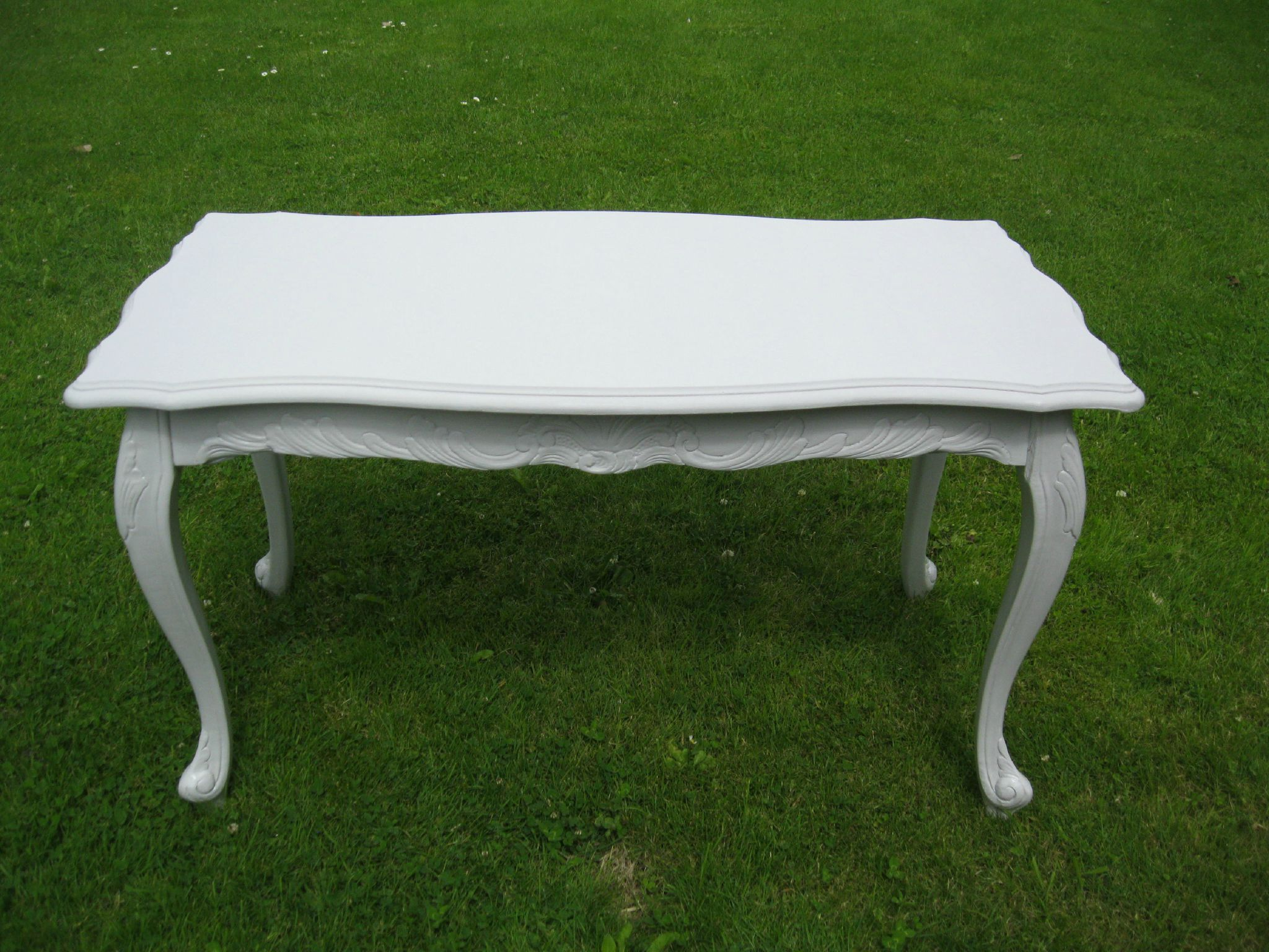Table style louis xv shabby chine patine le monde de for Table ancienne repeinte