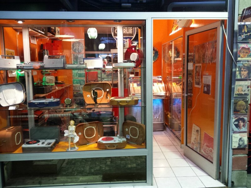 la boutique vintage tourne disque aux puces de saint ouen tourne disque vintage. Black Bedroom Furniture Sets. Home Design Ideas