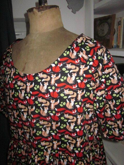 Robe RAYMONDE en coton imprimé renards roux et rouge sur fond noir - manches raglan - longueur genoux - taille unique (5)